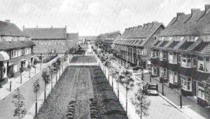 Het Pieter de Hooghplein in Overschie, met links de Pieter van Aschschool