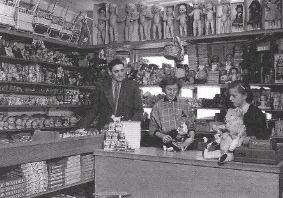 Jan van Demen, de poppendokter, in zijn winkel aan de Groene Hilledijk