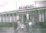 Met ouders en zoontjes voor het Helikoptergebouw